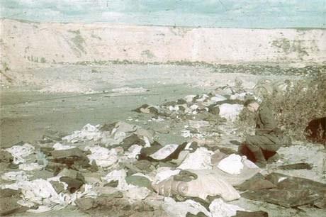 Когда Хёхле добрался до Бабьего Яра и спустился в овраг, он был ошеломлен грудами вещей, принадлежавшим убитым евреям. Он отошел в сторонку и сделал несколько кадров, запечатлев имущество жертв.